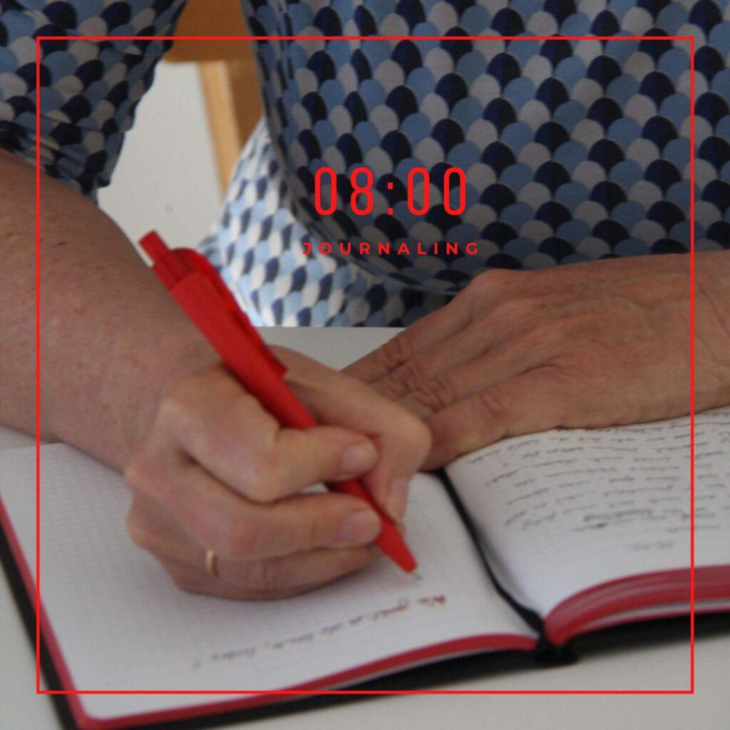 Frau schreibt in ein Buch