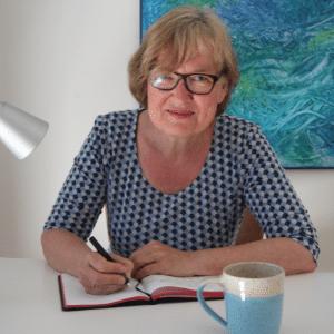 Korina Dielscneider schreibend am Schreibtisch