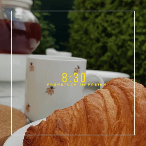 Croissant und Kaffeetasse